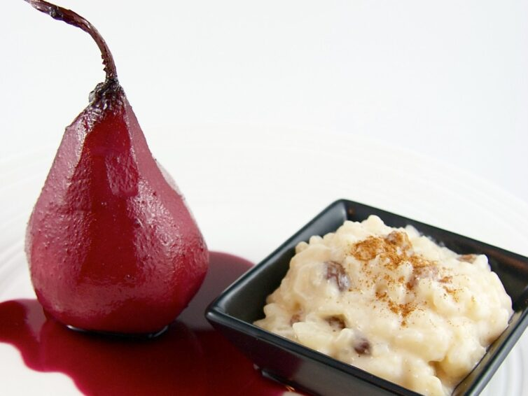 Pears in red wine with rice pudding